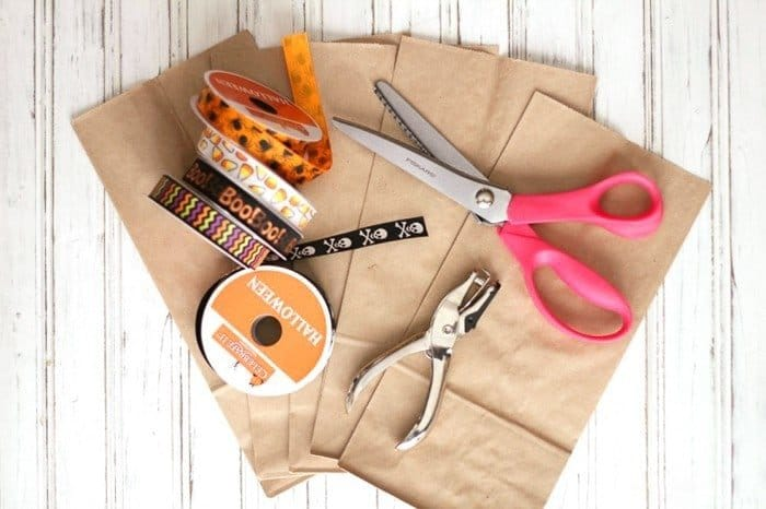 Adorable and easy crafty little treat bags! Make them in just about 10 minutes .