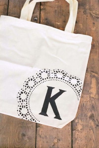 Easy tutor for this adorable DIY monogram tote bag! Add personalization to boring canvas bags in just a few minutes.