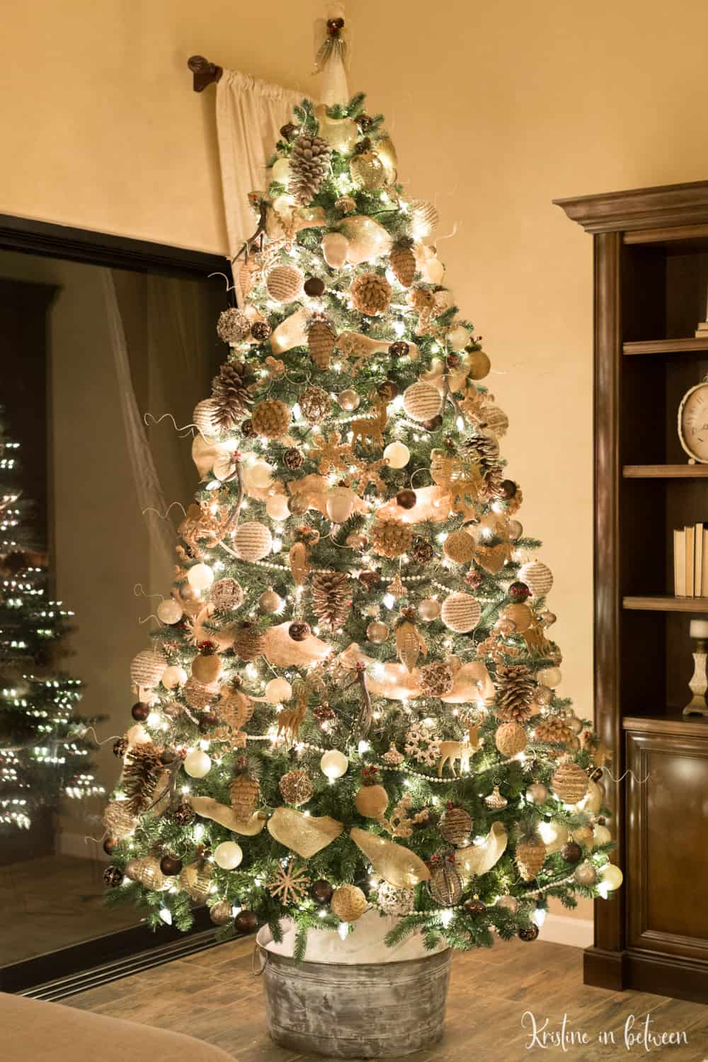The very best Christmas tree decorating tips! Make your tree look incredible!